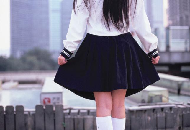 スカート丈を若干短くする