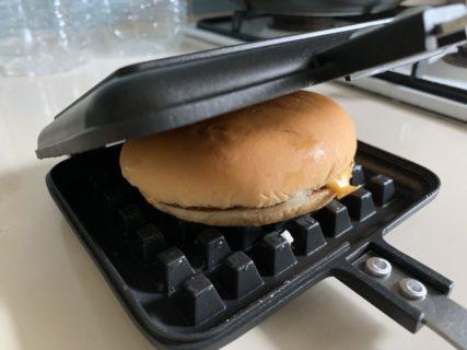 チーズバーガーをワッフルメーカーで焼いてみました
